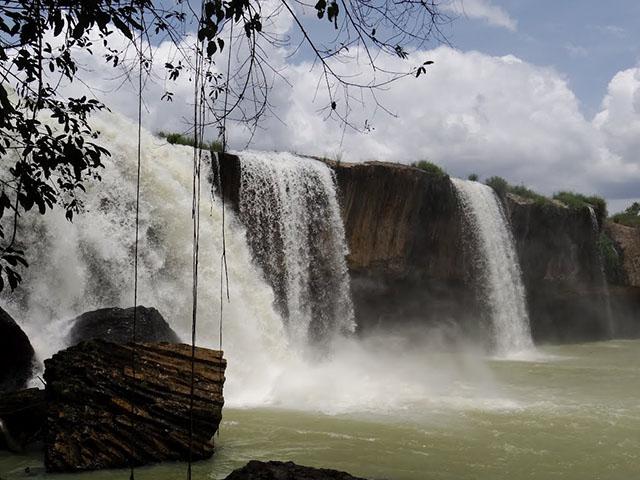 Nước thác từ trên cao đổ xuống mặt nước bằng phẳng trải rộng đến như vô tận, uốn khúc theo những triền đá (Ảnh ST)