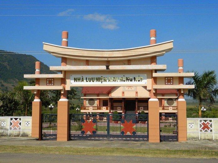 Nhà lưu niệm anh hùng Núp khang trang ở làng Stơr