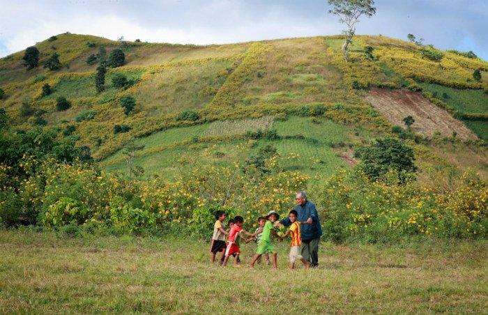 Những đứa trẻ vui đùa cùng nhau dưới chân núi lửa Chư Đăng Ya