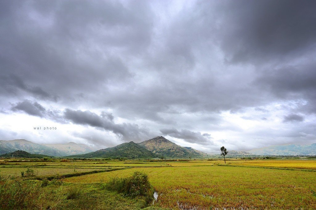 Núi lửa Chư Đăng Ya thấp thoáng hiện ra ở phía xa xa
