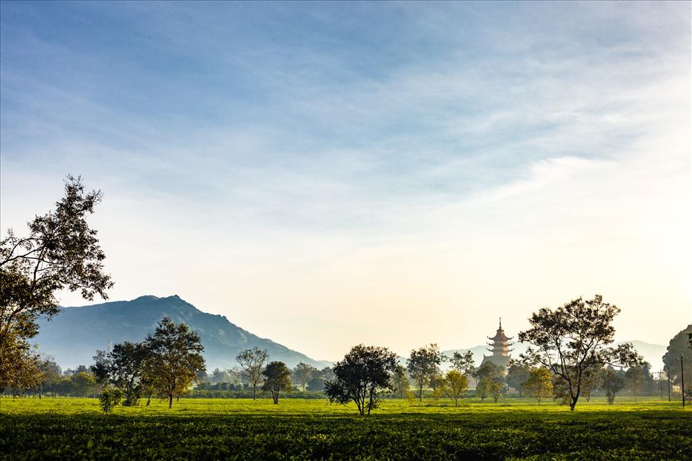 Chùa cách Biển Hồ Tơ Nưng 1km và bằng mắt thường vẫn nhìn thấy được núi lửa Chư Đang Ya phía sau chùa, cách khoảng 6km. Ảnh: Chu Thế Dũng