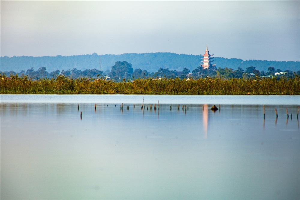 """Mặt tiền của chùa hướng Tây nhìn về hồ T'Nưng, """"gối đầu"""" vào núi Tiên Sơn. Đây chính là vị trí địa lý và phong thủy tốt để cho mạch đạo của ngôi chùa được tuôn chảy, luân lưu. Ảnh: Chu Thế Dũng"""