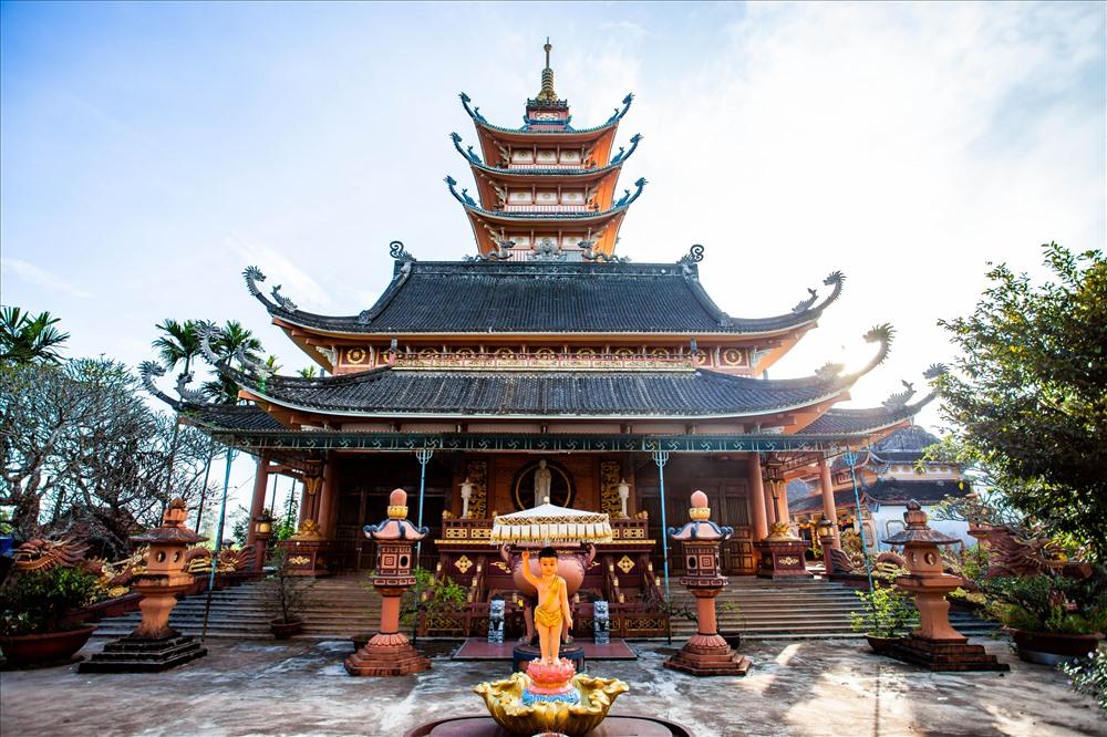 Đầu đao mái chùa, mái tháp mềm mại như con thuyền độc mộc, kiến trúc bằng bê tông cốt thép hiện đại, quy mô to lớn, diện tích ngôi chánh điện 520m2, cao 47.25m, mái chùa có dáng dấp mái nhà rông Tây Nguyên. Ảnh: Chu Thế Dũng