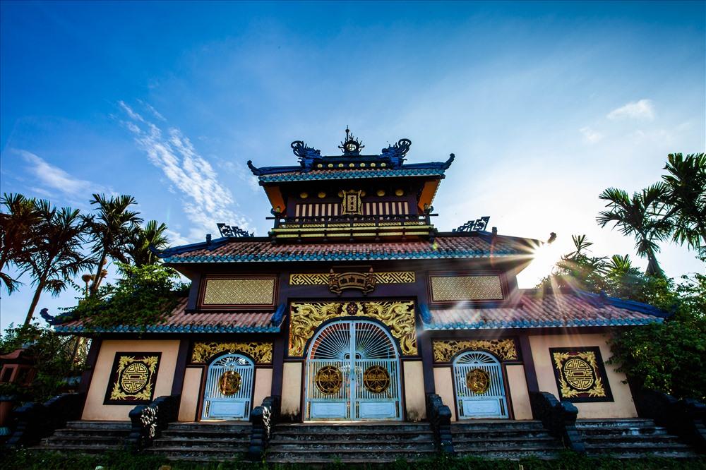 """Tam quan của chùa được xây dựng theo mô hình """"Hiển Lâm Các"""" của Đại nội Huế, có 5 mái (tượng trưng cho ngũ phước). Ảnh: Chu Thế Dũng"""