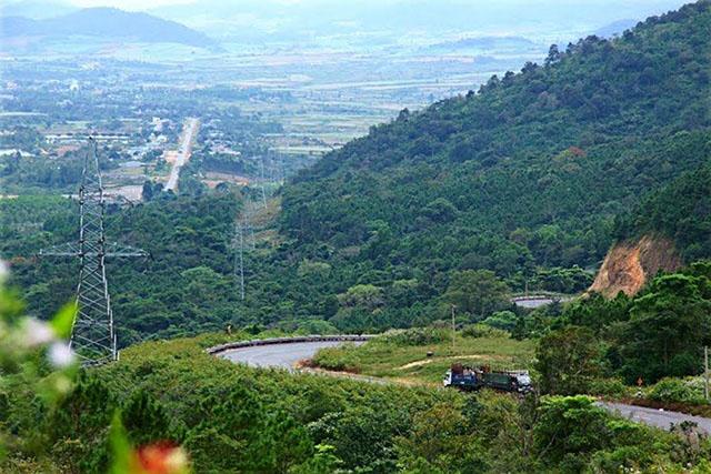 Bạn cũng có thể chinh phục núi Chư Hơ Rông cao tới 1600m có nguồn gốc từ ngọn núi lửa đã tắt từ lâu (Ảnh ST)