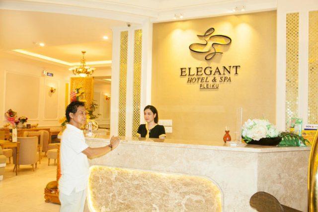 Những thắc mắc về dịch vụ khách sạn sẽ được nhân viên giải đáp nhiệt tình (Ảnh ST)