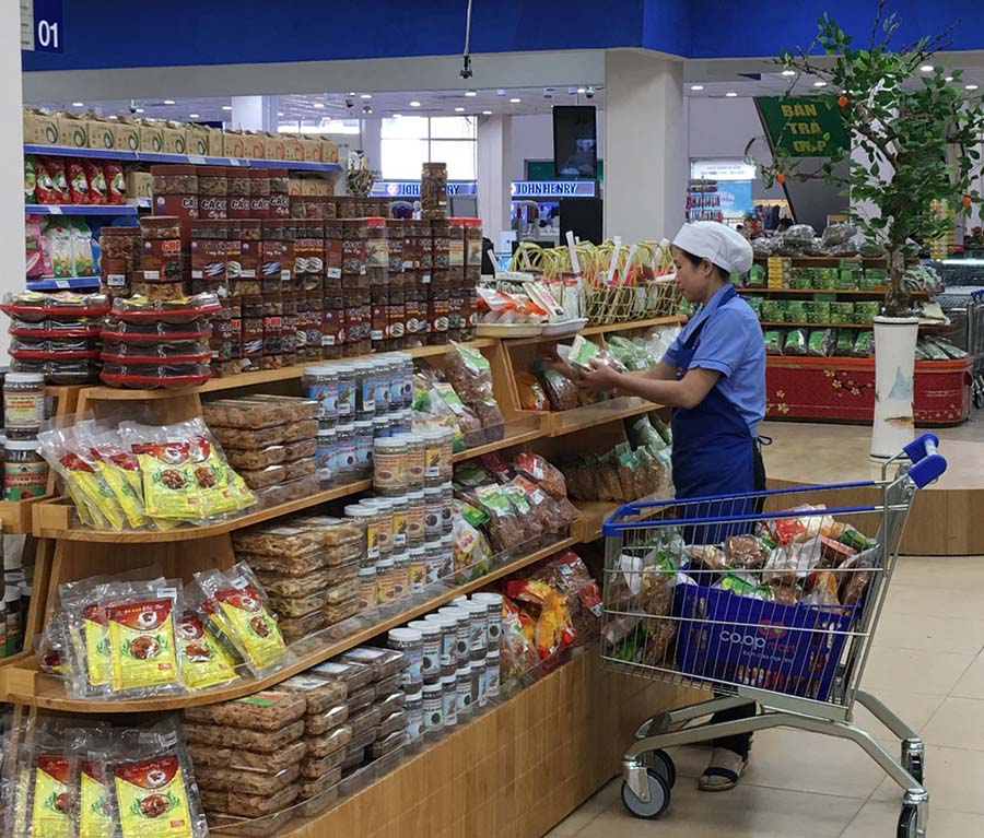 Nhiều gian hàng được bố trí phù hợp với nhu cầu mua sắm của khách hàng. Ảnh: lê Lan