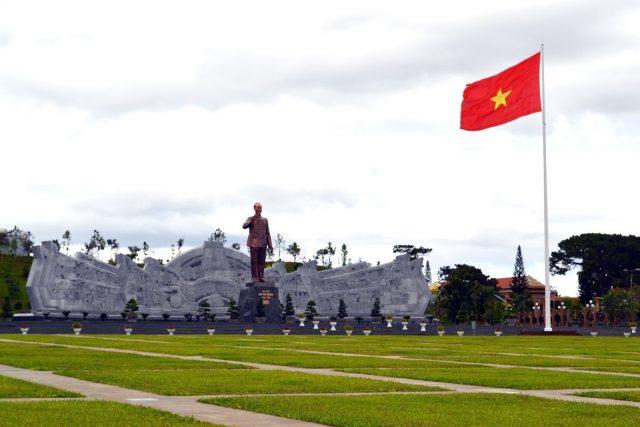 Tượng đúc Hồ Chí Minh lớn nhất Việt Nam, được thực hiện bởi sự khéo léo, tỉ mỉ của nhà điêu khắc Nguyễn Bá Đua (Ảnh sưu tầm)