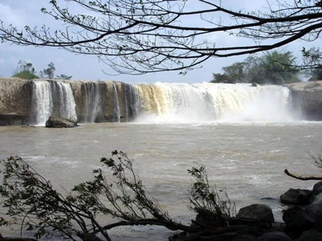 Cách thành phố Pleuku khoảng 30km đi về phía Tây Nam, thác Xung Khoeng Gia Lai hiện ra với độ cao lên đến 40m (Ảnh ST)