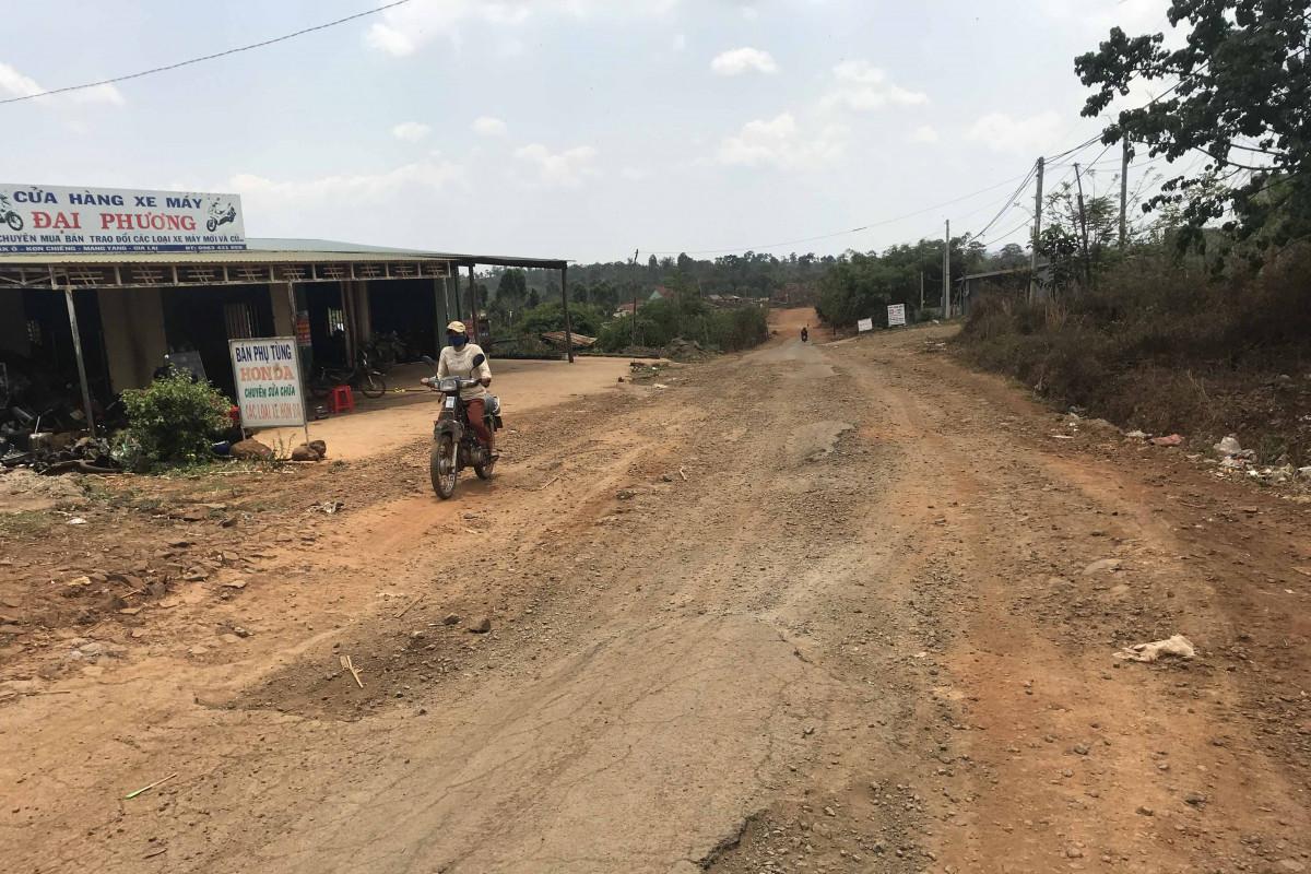 """Gia Lai: Người dân Kon Chiêng khốn khổ vì con đường """"nắng bụi, mưa bẩn"""""""
